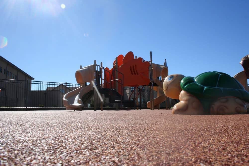 Детская площадка из резиновой крошки.