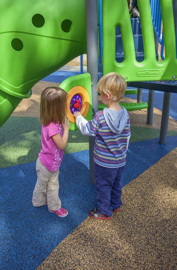 Устройство покрытия на детской площадке.