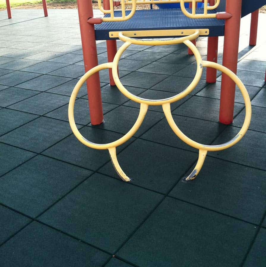 Качественная резиновая плитка для площадки.