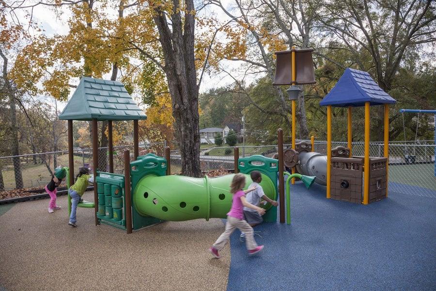 Укладка покрытия для детских площадок.